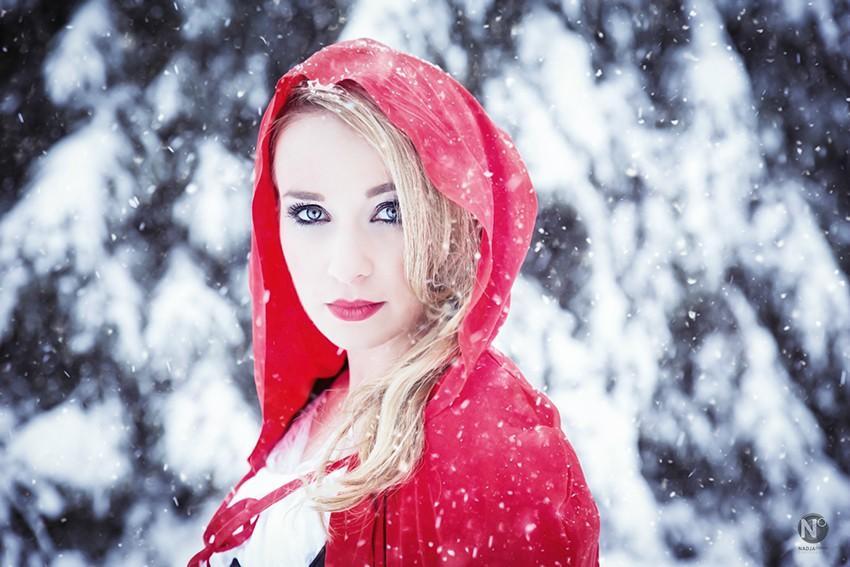 Rotkäppchen-Fotoshooting-Outdoor-Winter-Schnee-Fotograf-Rheinfelden-Schweiz
