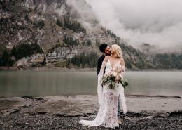 Bohohochzeit Elopement in der Schweiz am Oeschinensee bei Bern
